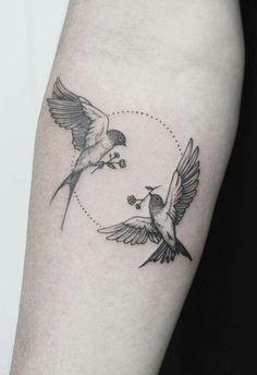 Vogel Tattoo für Frauen und Männer - 50 Ideen, Vorlagen & Bedeutung #tattoosformen #legtattoos Two Birds Tattoo, Swallow Bird Tattoos, Tiny Bird Tattoos, Bird Tattoo Men, Bird Tattoo Meaning, Tiny Tattoo, Small Tattoos, Bird Tattoos For Women, Tattoo Designs For Women