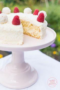 Biskuit, Kokosraspel, Sahne, Raffaellos - fertig ist diese einfache Raffaello-Torte ohne Gelatine | http://www.backenmachtgluecklich.de