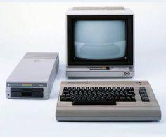 """Commodore 64 – kurz """"C 64"""" – , mit Monitor und 5 1/4 Zoll-Floppy-Disk-Laufwerk (1982)"""