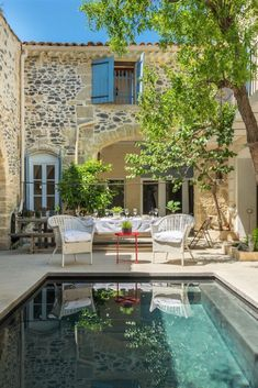 Previously a wine-growers house, this stunning French villa offers traditional charm mixed with elegant modern luxury. Within walking distance from the local village, collect freshly baked morning croissants and enjoy them in this pretty courtyard. Italian Cottage, Italian Home, Italian Villa, French Cottage, French Country House, Italian Courtyard, French Courtyard, Italian Farmhouse, Courtyard House