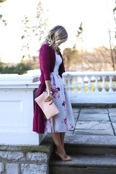08 feminine look with a floral midi, a white top, nude heels and a purple long cardigan - Styleoholic
