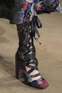 Erdem at London Fashion Week Fall 2017 - Details Runway Photos World Of Fashion, Love Fashion, Fashion Shoes, Fashion News, Fashion Accessories, Fashion Design, London Fashion Weeks, Fancy Shoes, Me Too Shoes