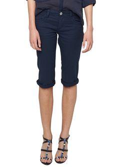 Capri-Jeans Mit Sitzfalten-Effekten. 5-Pocket-Form mit Reißverschluss. Bequeme Passform Capri mit normaler Bundhöhe und leicht umspielendem Sitz an Po und Oberschenkeln. Elastischer, leichter Twill. Eine gut sitzende Jeans in sommerlicher Länge sollte in keinem Kleiderschrank fehlen!.  Materialzusammensetzung:Obermaterial: 98% Baumwolle, 2% Elasthan,  ...