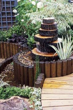 Empilez des rondins de bois pour créer cette magnifique fontaine de jardin rustique