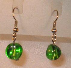 Handgemachte Ohrringe Ohrhänger grüne Glaskugel