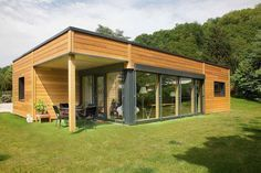Myotte-Duquet Habitat 의 Plain-pied en ville, petite surface ( Small Tiny House, Micro House, Small House Design, Container Home Designs, Prefabricated Houses, Prefab Homes, House In The Woods, Modern Architecture, Building A House