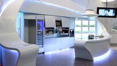 Des lignes droites et un blanc omniprésent pour cette cuisine design futuriste illuminée