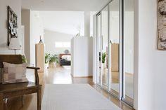Lämminsävyinen eteinen kutsuu sisään taloon, lisää ideoita www.lammi-kivitalot.fi Divider, Room, Furniture, Home Decor, Bedroom, Decoration Home, Room Decor, Home Furnishings, Arredamento