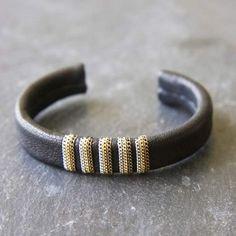 Bracelet Travis cuir noir par 5 Octobre pour l'Atelier des Bijoux Créateurs.