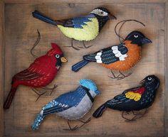 More realistic felt birds Felt Christmas Decorations, Felt Christmas Ornaments, Bird Decorations, Christmas Tree, Felt Crafts Patterns, Bird Patterns, Fabric Birds, Felt Fabric, Couture Main