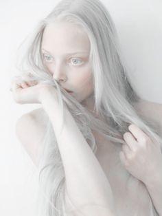 The gorgeous Russian albino model, Nastya (Kiki) Zhidkova - *Kumarov is her photograph! Kumarova is NOT her last name! Pretty People, Beautiful People, Albino Girl, Albino Model, Tanya Dziahileva, Sasha Pivovarova, Poses References, Pale Skin, White Hair