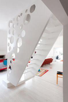 la claridad y luminosidad de esta escalera , permite subir mir,ando lo que vamos dejando abajo....