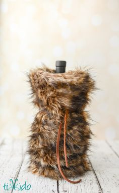 Learn how to make luxurious faux fur wine bags for classy handmade holiday gift giving this Christmas. Wrapped Wine Bottles, Christmas Coasters, Christmas Crafts, Easy Homemade Gifts, Wine Bottle Covers, Wine Tags, Diy Coasters, Bottle Bag, Partys