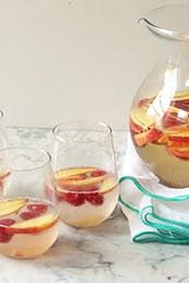 How to make fruity sangria. now this is MY kind of Sangria - no RED wine! White Wine Sangria, Peach Sangria, Peach Juice, Raspberry Sangria, Summer Sangria, Summer Drinks, Colorful Cocktails, Festive Cocktails, Christmas Cocktails
