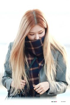 Here you will find news and updates regarding Rosé as well as the latest. South Korean Girls, Korean Girl Groups, Rose Park, Blackpink Photos, Jennie Lisa, Park Chaeyoung, Blackpink Jisoo, Kpop, Airport Style