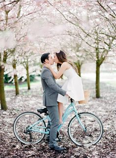 Romantic engagement session under beautiful cherry blossoms | sodazzling.com