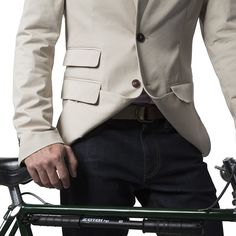 Ferrara Blazer lightweight schoeller ® 3XDRY stretch cotton fabric by www.Ligne8.com Front hem can be buttoned up under the front pocket flaps to free up the thigh area when cycling.