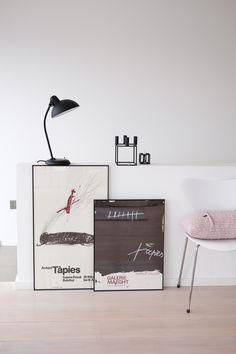 """für richtige Kunst, sind die alten Ausstellungsplakate vom spanischen Maler Antoni Tapies, den ich letztes Jahr zufällig in Barcelona entdeckt habe. Mein Sohn ist entsetzt, dass hier so ein """"Geschmiere"""" einziehen durfte ;-). Liebe Grüße, Kerstin"""