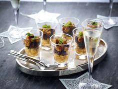 Glaasjes met zwarte pens, appels en geroosterde peperkoek