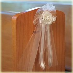 Tule strikken met roos en lint wit