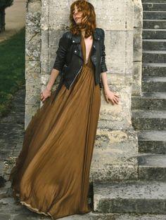 Les robes longues de soirée gagnent à se voir réchauffées d'un perfecto en cuir