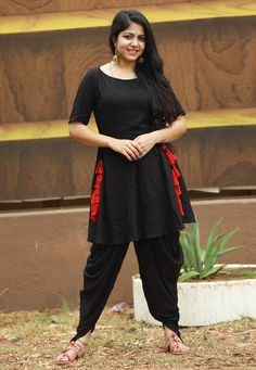 Authentic splendor will come out as a outcome of the dressing trend with this black rayon party wear kurti. The fancy work looks chic and excellent for any function. Black Punjabi Suit, Punjabi Suits, Western Gown Design, Fashion Pants, Fashion Dresses, Patiala Salwar Suits, Indian Gowns, Looks Chic, Work Looks