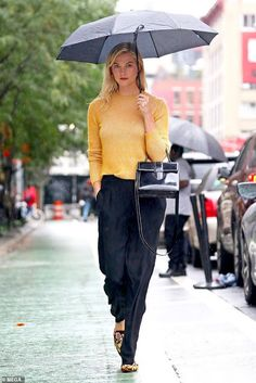 Karlie Kloss looks chic in a yellow sweater and floral loafers as she braves the rain in NYC Karlie Kloss Street Style, 70s Fashion, Timeless Fashion, Yellow Sweater Outfit, High Fashion Photography, Glamour Photography, Lifestyle Photography, Editorial Photography, Mode Editorials