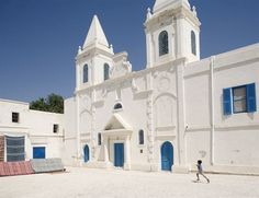 04 - DJERBA - Está catalogada como la isla más grande de todo el norte de África y se encuentra en el golfo de Gabés, frente a las costas de Túnez. Sus paisajes, su clima y también su gastronomía la convierten en un destino perfeco. Alberga un total de 213 mezquitas entre las que no puedes pasar por alto la de Sidi Brahim el Jamni, la Jemaa El Ghorba o Mezquita de los Extranjeros y Et-Jemaa Trouk o Mezquita de los Turcos.