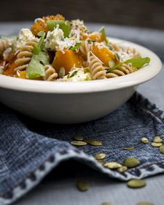 Pumpkin pasta topped with blue cheese. http://www.jotainmaukasta.fi/2015/09/14/kurpitsa-homejuustopasta/