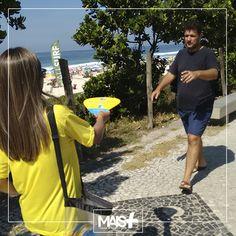 Ventarolas da loja Petz sendo distribuídas pela orla da praia da Barra e do Recreio dos Bandeirantes, no Rio de Janeiro.