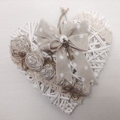Cuore decorato con fiori di stoffa fatti a mano Hobbies And Crafts, Diy And Crafts, Arts And Crafts, Beaded Ornaments, Christmas Ornaments, Decoration Shabby, Heart Projects, Wicker Hearts, Newspaper Crafts