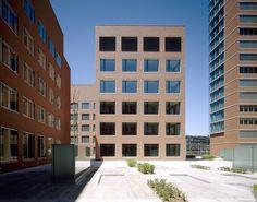 Backstein war in Winterthur seit der Industrialisierung lange das bevorzugte Baumaterial, wodurch ein homogen wirkendes Stadtgefüge entstand. Das Erkennen dieser kulturellen, technischen wie auch wahrnehmungsrelevanten Faktoren legte die Regeln für die Konzeption und Konstruktion des Turms und der dazugehörigen Flachbauten …