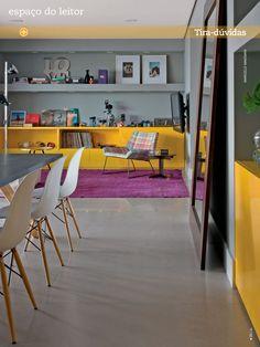 Casa Claudia  Vibrante, o amarelo (Sayerlack, ref. L079*) dos módulos baixos (Drumello Móveis) confere identidade ao espaço, de paredes cinza (Suvinil, ref. Prata*). Mesa de jantar da Micasa, cadeiras da Montenapoleone, poltrona da Decameron, mesinhas da Loja Teo e luminária de piso da Reka.