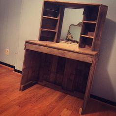 A make-up vanity i did with a friend this week. All done out of reclaimed pallet…