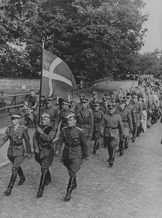 """1941, Danemark, Langenhorn, Défilé de volontaires du """"Freikorps Danmark"""""""