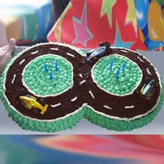 Απλές τούρτες, αλλά στολισμένες με φαντασία, μεταμορφώνονται σε αρκουδάκια, ψαράκια, πίστες αγώνων αυτοκινήτων και ότι άλλο μπορούμε να φανταστούμε.   Εάν δεν έχετε πιατέλα που να χωρέσει μια τούρτα με περίεργο σχήμα, φτιάξτε τη μόνη σας.  Για παράδειγμα, σας έχω παρακάτω μια τούρτα αρκουδάκι. Το στάνταρντ μέγεθος του ταψιού μας, έχει διάμετρο …