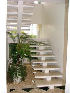 Viga Central com jardim de inverno abaixo                                                                                                                                                     Más Home Stairs Design, Railing Design, Interior Stairs, Luxury Staircase, Modern Staircase, House Front Design, Modern House Design, Modern Baseboards, Building Stairs