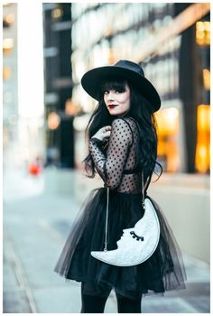 love everything bout it: tulle skirt + sheer black top + playful glitter chain bag + fedora + bright lips...<3