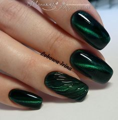 Emerald green nails are fascinating and exciting nail art design. That's why we want to show you some gorgeous and fashionable ideas so that you can try them when you need them. Emerald green nails are definitely the color that wears on nails this s Dark Green Nails, Green Nail Art, Green Art, Manicure Nail Designs, Nail Manicure, Green Nail Designs, Nail Art Designs, Cute Nails, Pretty Nails