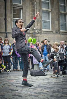 https://flic.kr/p/oPBWRF | Edinburgh Fringe | Street performers on the Royal Mile during the Edinburgh Fringe Festival, Scotland.
