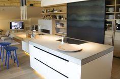 Cucina moderna e rustica in cemento e legno