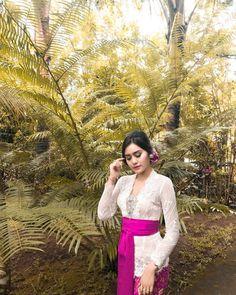 I 💗 Balinese Girls Kebaya Lace, Kebaya Brokat, Indonesian Kebaya, Balinese, Beautiful Women, Bridesmaid, Gowns, Actresses, My Style