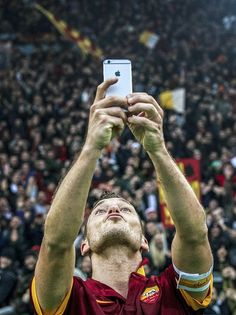 Totti Selfie With Roma Crowd Football Is Life, Nike Football, Football Players, As Roma, Totti Francesco, Totti Roma, Sports Gallery, Soccer Kits, Sweat It Out