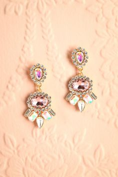 Confiante, rayonnante et élégante, la demoiselle aime la miroitante beauté de ses pendants d'oreilles. Confident, radiant and elegant, the young lady likes the shimmering beauty of her earrings. Golden and pink crystals dangling earrings www.1861.ca