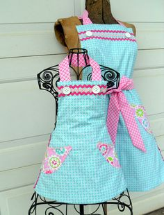 Matching Mother Daughter Apron Set Reversible in Pink and Aqua Retro Apron, Aprons Vintage, Mother Daughter Crafts, Rag Quilt Purse, Cool Aprons, Sewing To Sell, Apron Designs, Sewing Aprons, Kids Apron