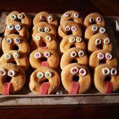 #Donut_traktatie: zie beschrijving voor benodigdheden; #idee_traktatie_op_school_van_donuts_zelf_maken_ Fried Donuts, Diy Donuts, Homemade Donuts, School Birthday Treats, Birthday Cake, Donuts Tumblr, Cake Games, Cinnamon Cream Cheeses, Pumpkin Spice Cupcakes