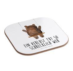 Quadratische Untersetzer Bär Schaukel aus Hartfaser  natur - Das Original von Mr. & Mrs. Panda.  Dieser wunderschönen Untersetzer von Mr. & Mrs. Panda wird in unserer Manufaktur liebevoll bedruckt und verpackt. Er bestitz eine Größe von 100x100 mm und glänzt sehr hochwertig. Hier wird ein Untersetzer verkauft, sie können die Untersetzer natürlich auch im Set kaufen.    Über unser Motiv Bär Schaukel  Der wunderbare Schaukel Bär ist ein besonders schönes und liebevolles Motiv aus der Beary…