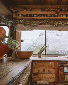 British couple transformed a campervan into a cozy cabin-on-wheels for just 1300 pounds - Living in a shoebox Cozy Cabin, Cozy House, Van Home, Van Living, Cabins In The Woods, House On Wheels, Cabana, Sweet Home, House Design