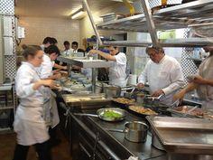 Découvrez le restaurant gastronomique Michel Chabran à Pont-de-l'Isère. Profitez du cadre magnifique : jardin fleuri et véranda lumineuse ! Sur la photo : le chef et sa brigade en cuisine !