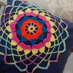 Almofada azul com aplicação mandala em crochet e enchimento.  Medidas 40x40 cm .  Aplicação somente frente da peça.  Não tem ziper.  Feito a mão a aplicação.